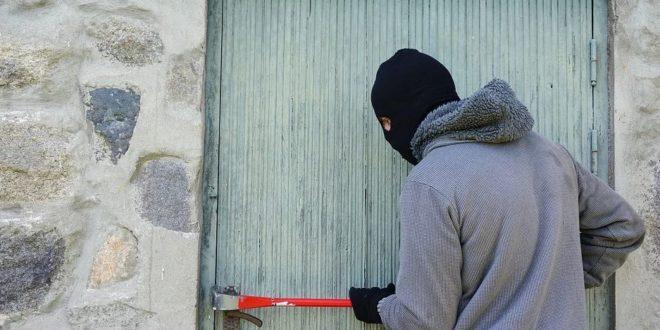 un voleur qui essaie d'entrer par effraction